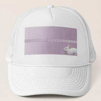 薄紫の背景の白いウサギ キャップ