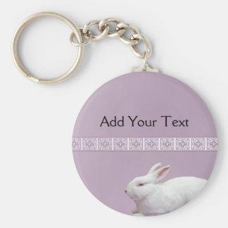 薄紫の背景の白いウサギ キーホルダー
