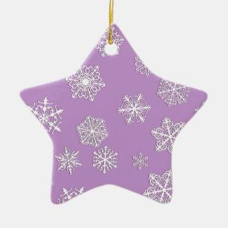 薄紫の背景の白い3D雪片 セラミックオーナメント
