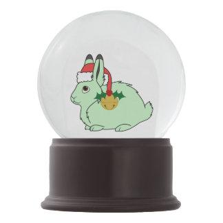 薄緑の北極ノウサギ-サンタの帽子及び金ゴールド鐘 スノーグローブ