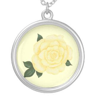 薄黄色のバラの緑はネックレスを残します シルバープレートネックレス