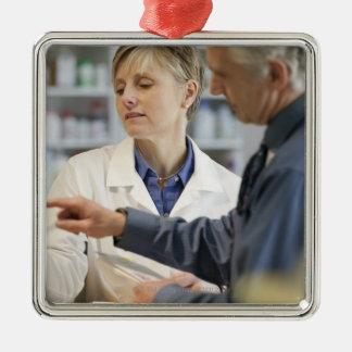 薬を持つ顧客を救済している薬剤師 メタルオーナメント