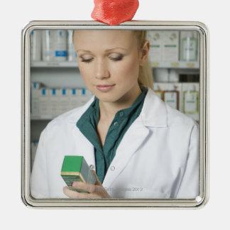 薬を見ているメスの薬剤師 メタルオーナメント