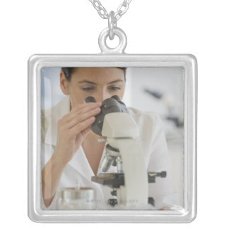 薬剤で顕微鏡を使用している科学者 シルバープレートネックレス
