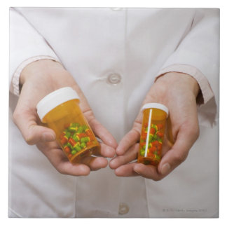 薬瓶を握っている薬剤師 タイル