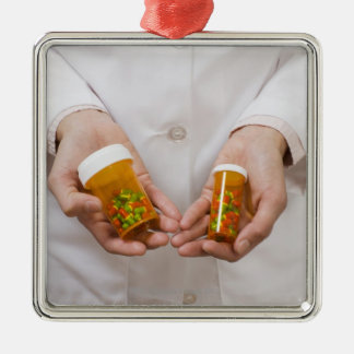 薬瓶を握っている薬剤師 メタルオーナメント