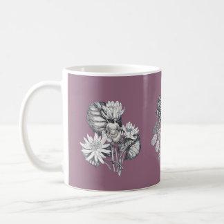 藤色の背景のモノクロ花 コーヒーマグカップ