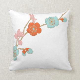 蘭のスタイルのパステルによっては装飾的な枕が開花します クッション