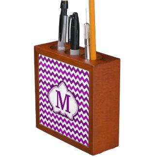 蘭の紫色のシェブロンの名前入りなモノグラム ペンスタンド