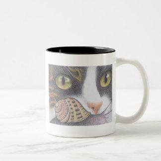虎猫猫およびかたつむりのマグ ツートーンマグカップ