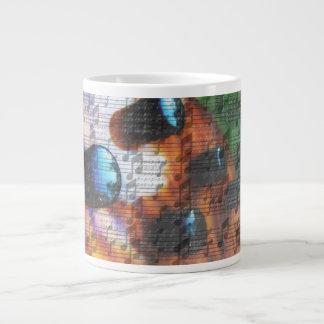 虎眼石の低音の積み込みのノブは音楽ノートの上で閉まります ジャンボコーヒーマグカップ
