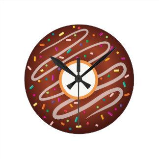 虹が付いているチョコレートドーナツは振りかけます ラウンド壁時計