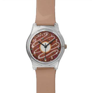 虹が付いているチョコレートドーナツは振りかけます 腕時計