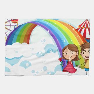 虹が付いている空のカーニバル キッチンタオル