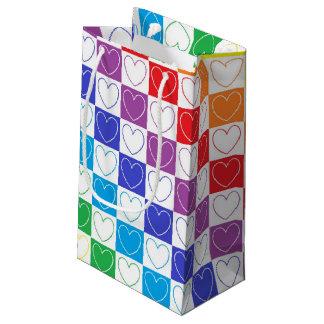 虹によって輪郭を描かれるハートおよび正方形 スモールペーパーバッグ