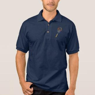 虹のテニスラケットの人のポロシャツ ポロシャツ