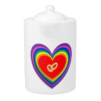 虹のハートおよび2つの結婚指輪が付いているティーポット