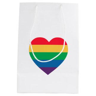 虹のハートのプライドのギフトバッグ ミディアムペーパーバッグ