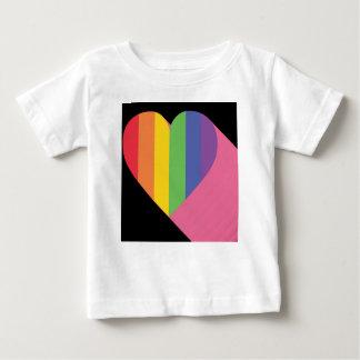 虹のハートのプライド ベビーTシャツ