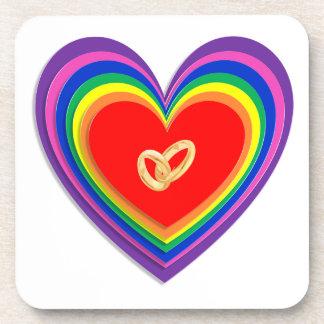 虹のハート及び2つの結婚指輪によって置かれるコースター ドリンクコースター