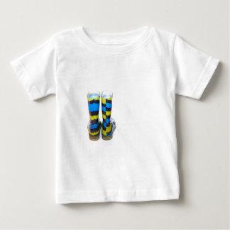 虹のブーツ ベビーTシャツ