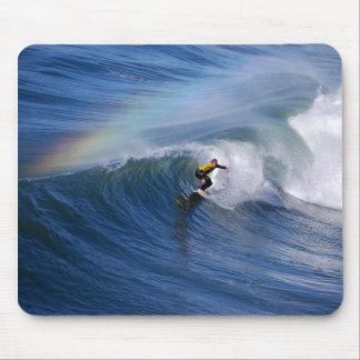 虹のマウスパッドの下のカリフォルニアサーファー マウスパッド