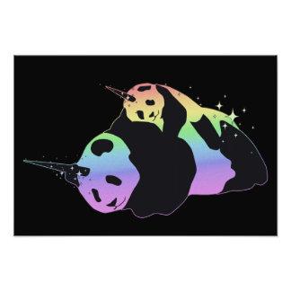 虹のユニコーンのパンダの魔法の輝きの抱擁 フォトプリント