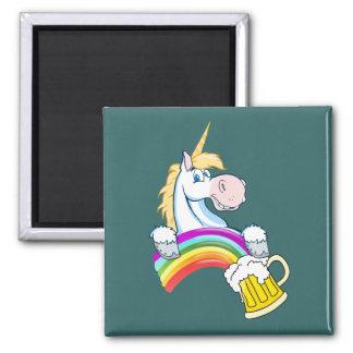 虹の端に金ゴールドのパイント(ユニコーンと) マグネット