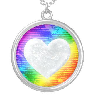 虹の背景との水晶ハート シルバープレートネックレス