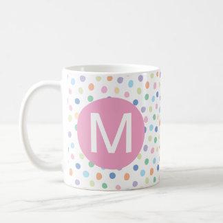 虹はピンクのモノグラムの大文字のマグに点を打ちます コーヒーマグカップ