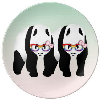 虹ガラスを身に着けているレズビアンのプライドのパンダ 磁器プレート