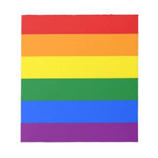 虹LGBTのプライドの旗が付いているメモ帳 ノートパッド