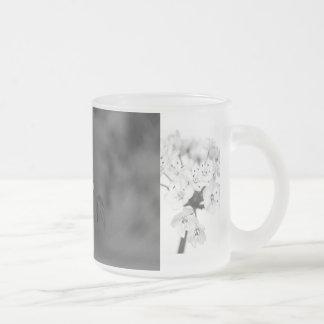 蜂および花の フロストグラスマグカップ