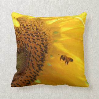 蜂が付いているヒマワリ クッション