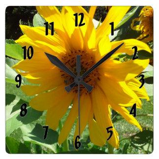 蜂が付いているヒマワリ スクエア壁時計