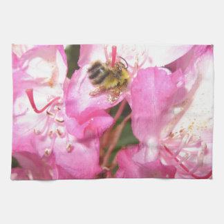 蜂のピンクの花および女性虫項目 キッチンタオル