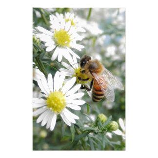 蜂の蜂蜜の蜂の野生の花の花のデイジーの写真 便箋