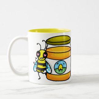 蜂蜜の瓶で傾いている漫画の蜂 ツートーンマグカップ