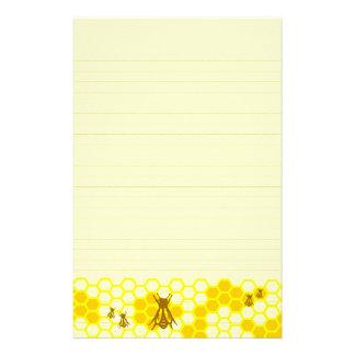 蜂蜜の蜂の黄色の蜜蜂の巣によって並べられる文房具 便箋