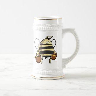 蜂蜜を運んでいる漫画の蜂 ビールジョッキ