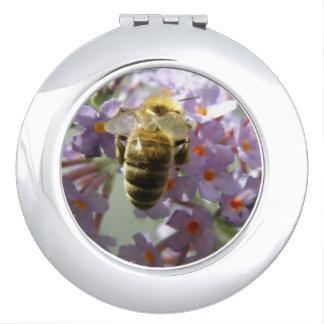 蜜蜂およびBuddleiaの花のコンパクトの鏡