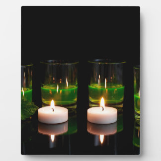 蝋燭が付いている白熱[赤熱]光を放つなガラス フォトプラーク