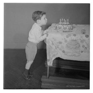 蝋燭を吹いている男の子 タイル