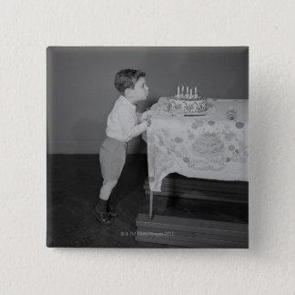 蝋燭を吹いている男の子 5.1CM 正方形バッジ