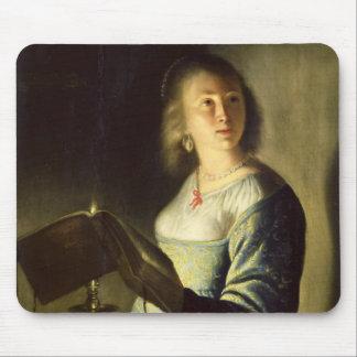 蝋燭を持つ若い女性 マウスパッド