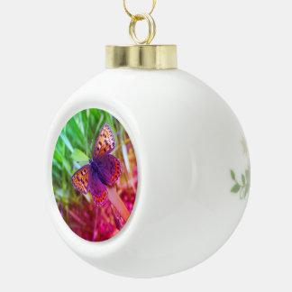 蝶およびポインセチアの陶磁器の球のオーナメント セラミックボールオーナメント