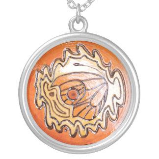 蝶が付いている木の装飾 シルバープレートネックレス
