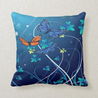 蝶が付いている美しく青いクッション クッション