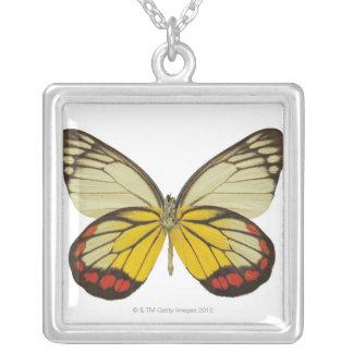 蝶3のクローズアップ シルバープレートネックレス