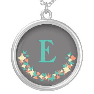 蝶、ハート及び花のリースのティール(緑がかった色)のモノグラム シルバープレートネックレス